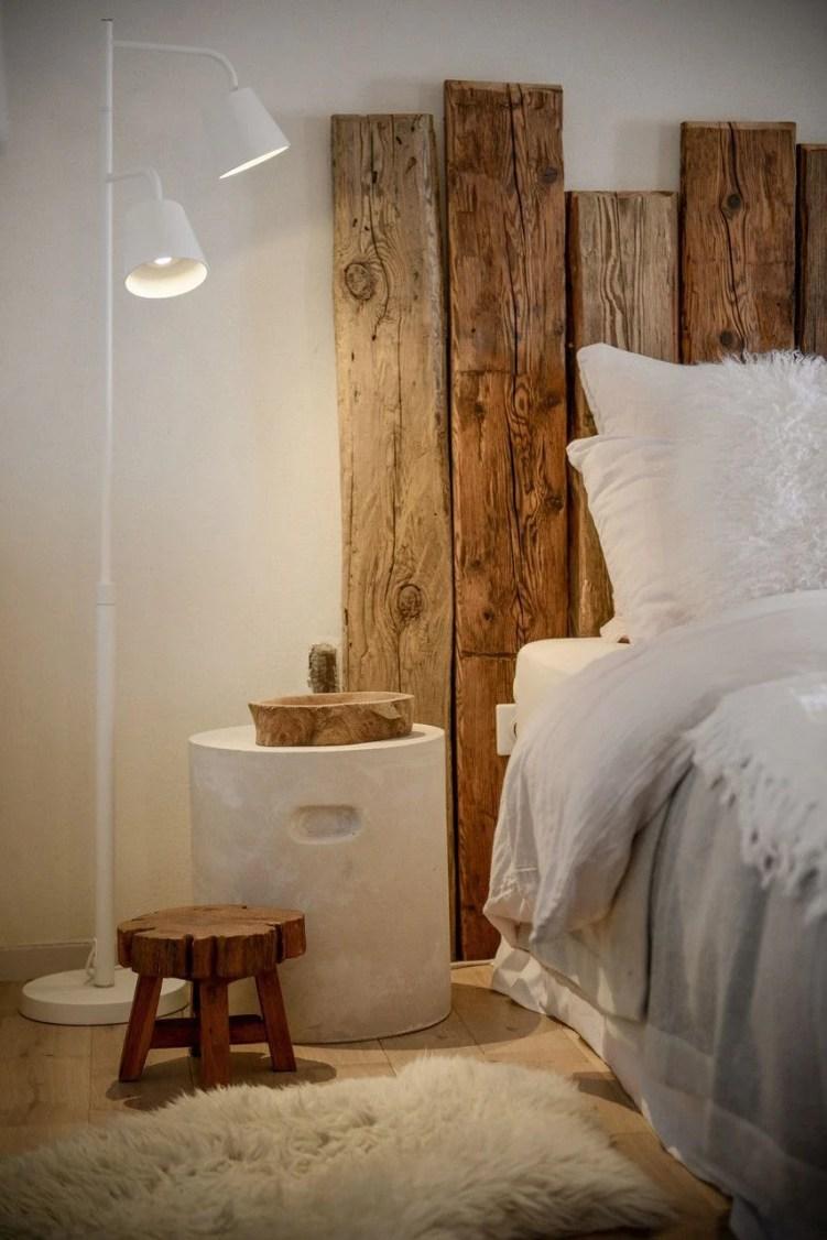 Cabeceira de madeira.