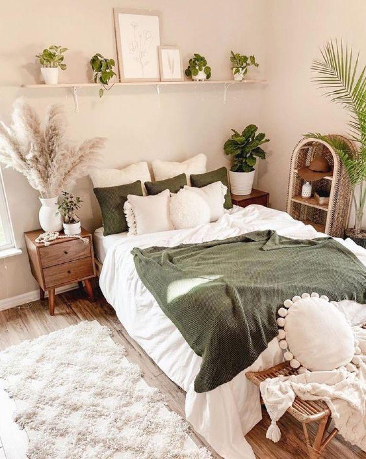 Prateleira com plantas no quarto de casal.