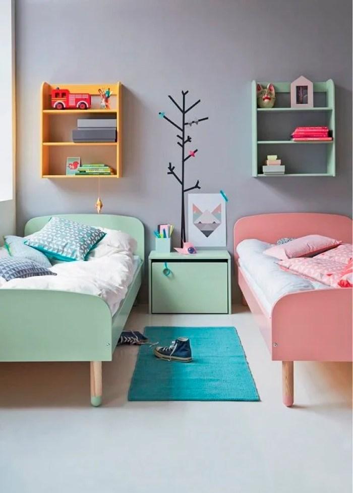 Uma cama azul e outra rosa.