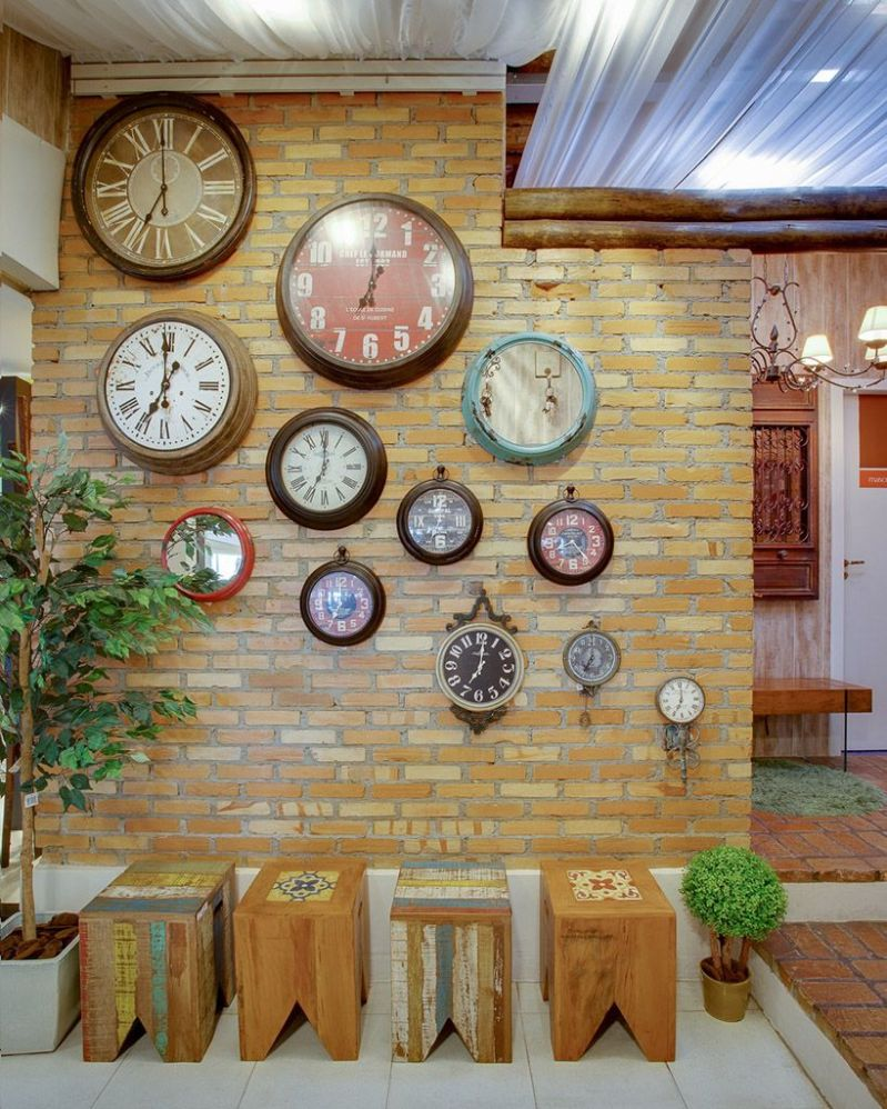 Muitos relógios de parede.