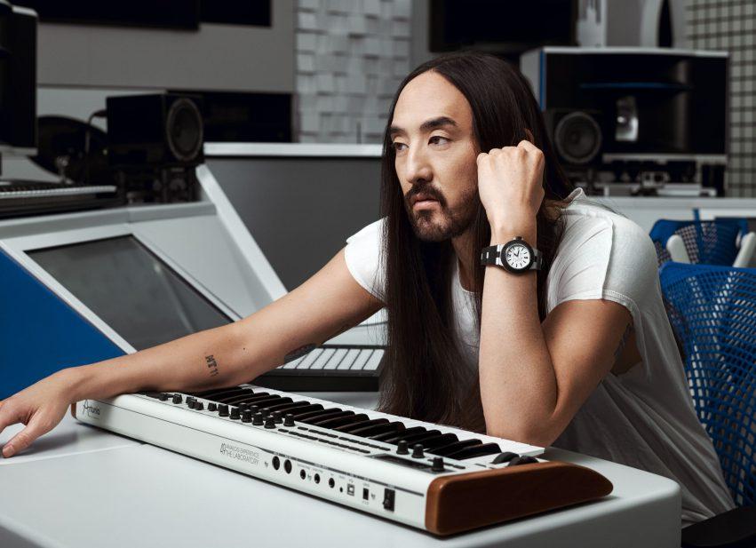 DJ na mesa de som.