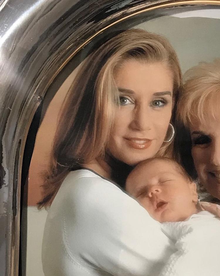 Marcela Tinayre e seu filho.