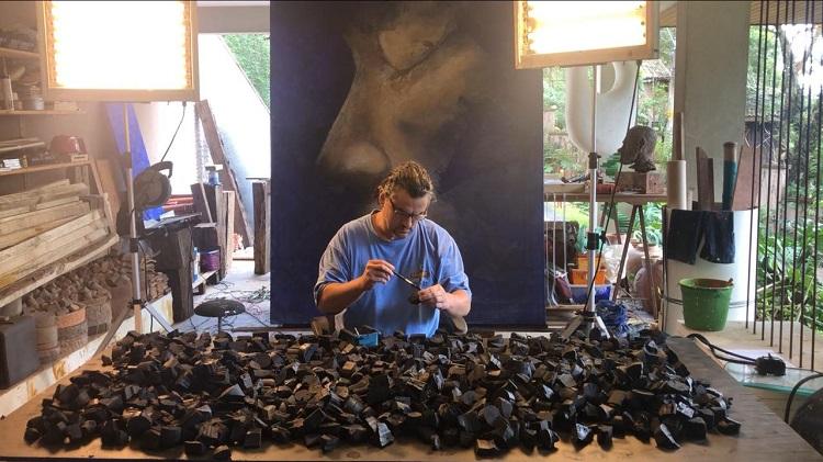 Alexandre Mavignier montando a obra Amazon Tears