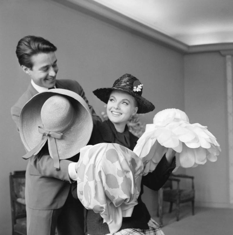 Halston e uma modelo com alguns de seus chapéus.