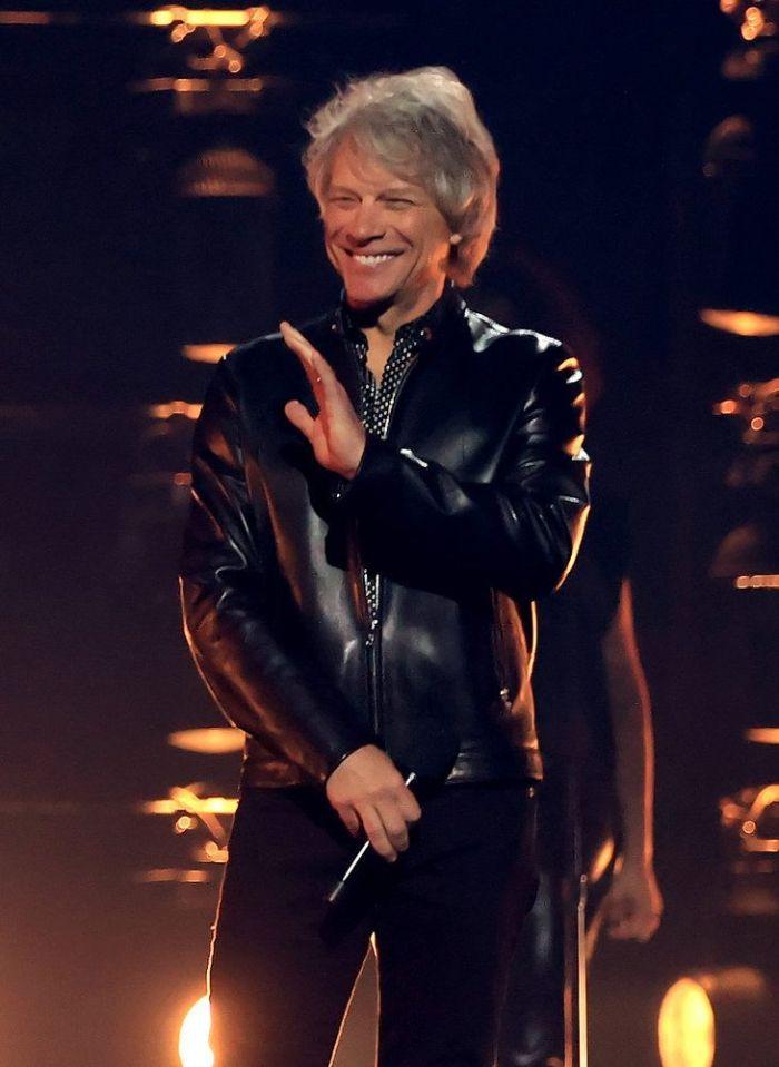 Billboard Music Awards 2021 com Bon Jovi de jaqueta preta.