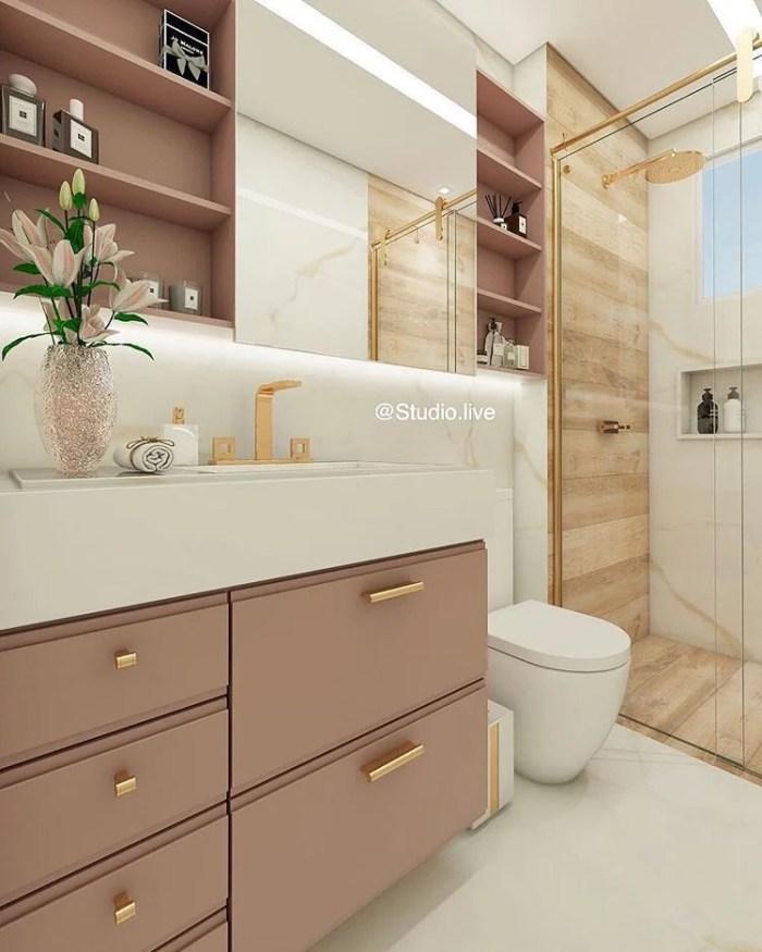 Armário rosa no banheiro.