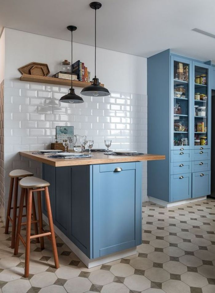 Cozinha branca e azul.