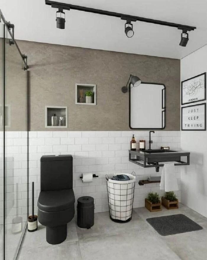 Banheiro simples branco, preto e cinza.