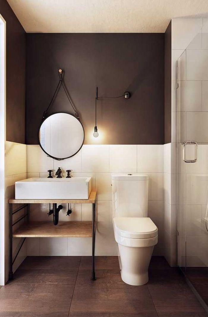 Banheiro simples preto e branco.