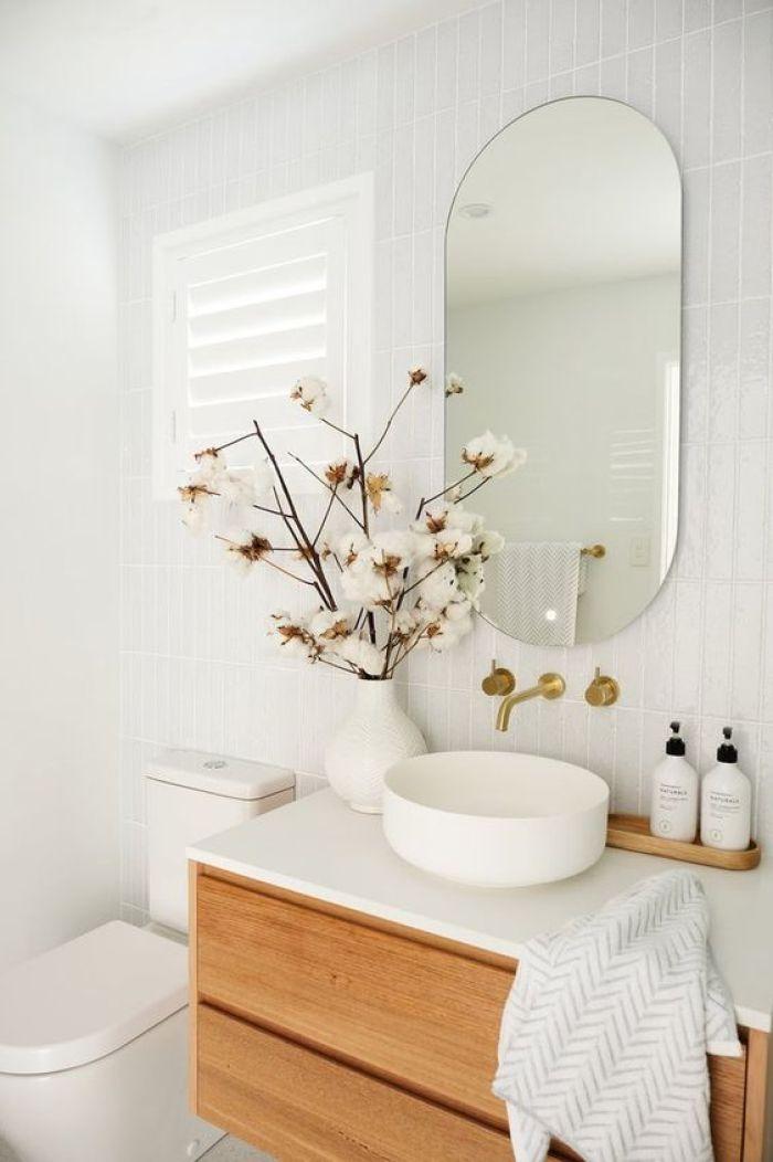 Banheiro simples com flor.