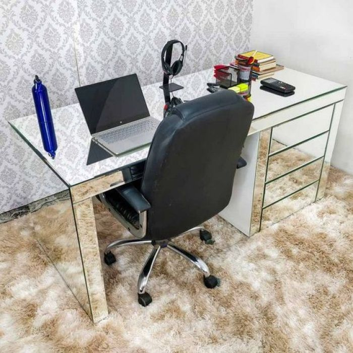 Home office com móveis espelhados.