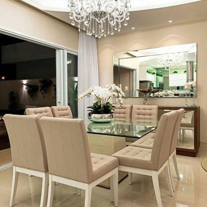 Mesa de jantar espelhada.