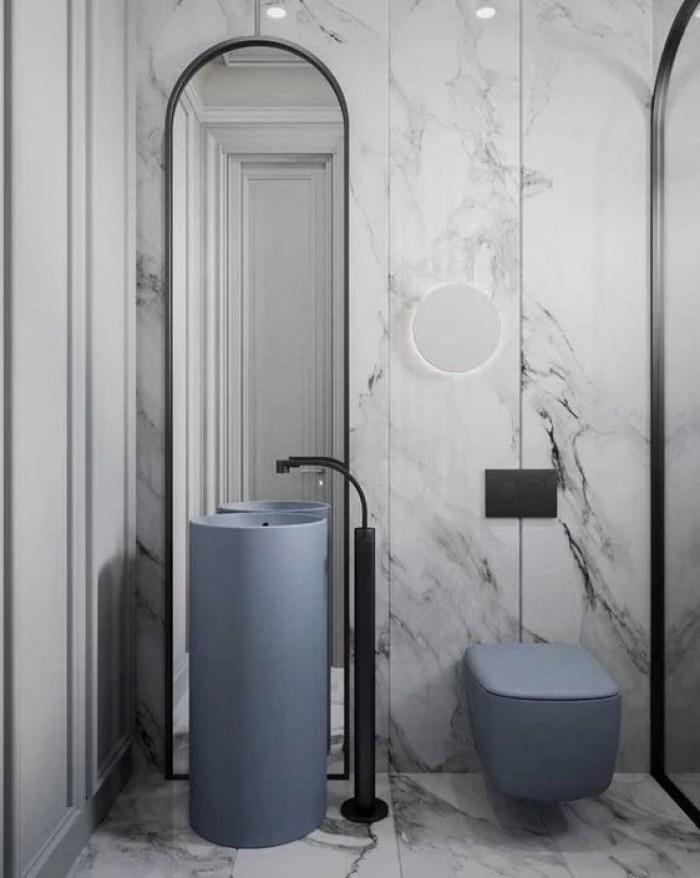 Banheiro planejado azul e preto.