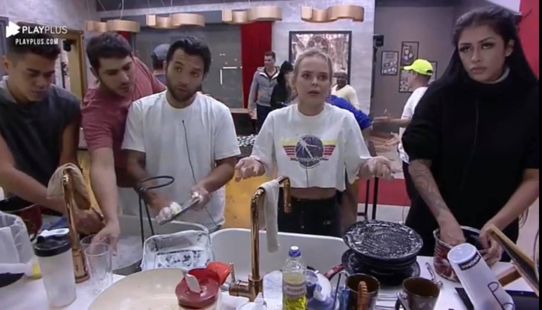 Nina (centro) JonJon (camiseta branca) e Medrado (blusa preta) disparam absurdos sobre a falta de higiene no Power Couple (imagem divulgação)
