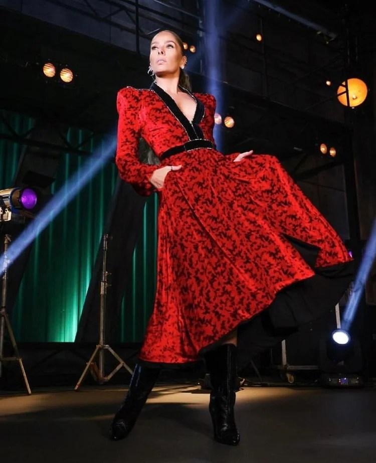 Galisteu usando vestido vermelho