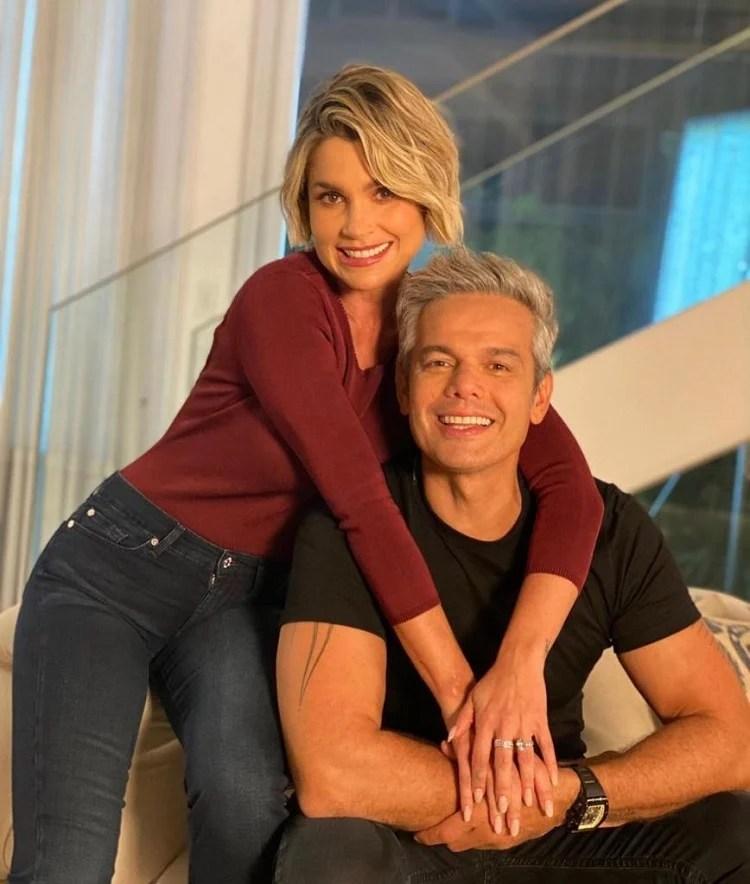 Flávia Alessandra e Otaviano Costa aparecem abraçados em uma casa
