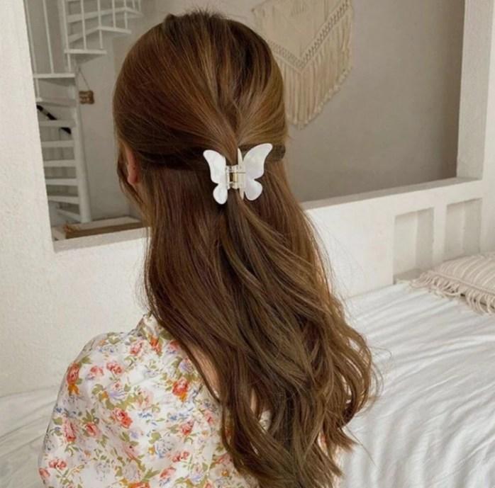 Piranha de cabelo com formato de borboleta