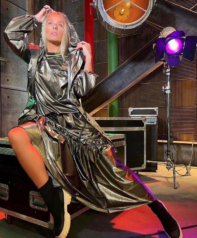 Adriane Galisteu com modelo metalizado da Coleção Renascimento Inverno 21.