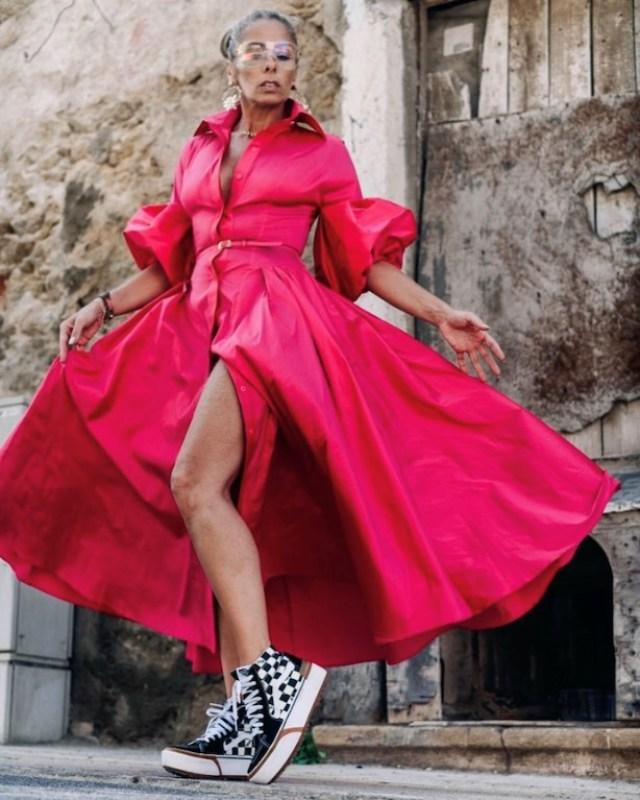 Adriane Galisteu posa com um vestido rosa longo e de mangas bufantes de Vitor Zerbinato e tênis Vans.