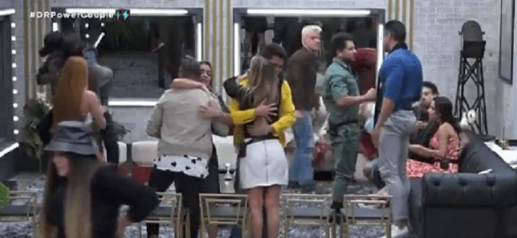 Casais se abraçam após formação da sétima DR do Power Couple