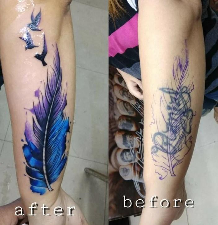 cobertura de tatuagem na perna, onde um nome foi coberto por uma pena.