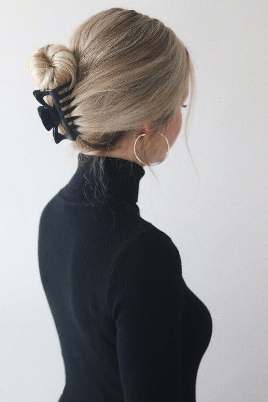 penteado com coque usando piranha de cabelo