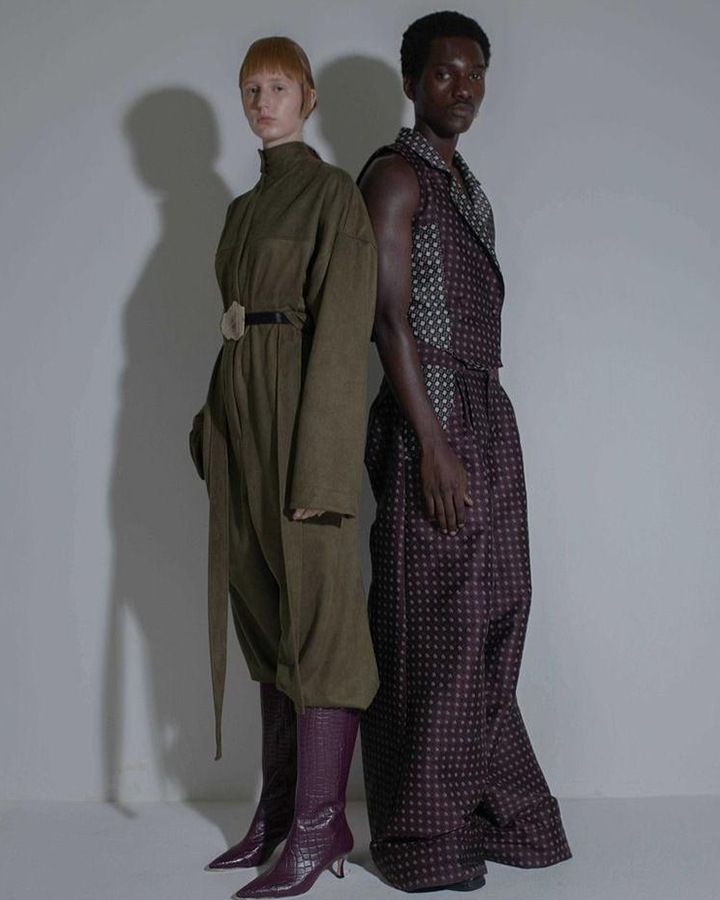 Duas modelos com casacos longos de cor escura.