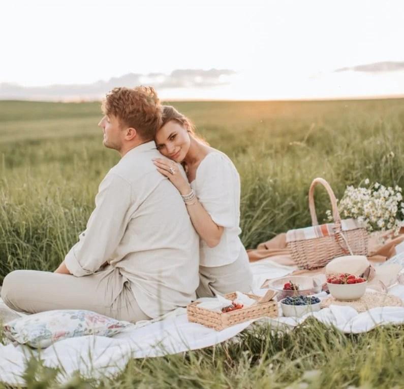 Casal em um piquenique de Dia dos Namorados.