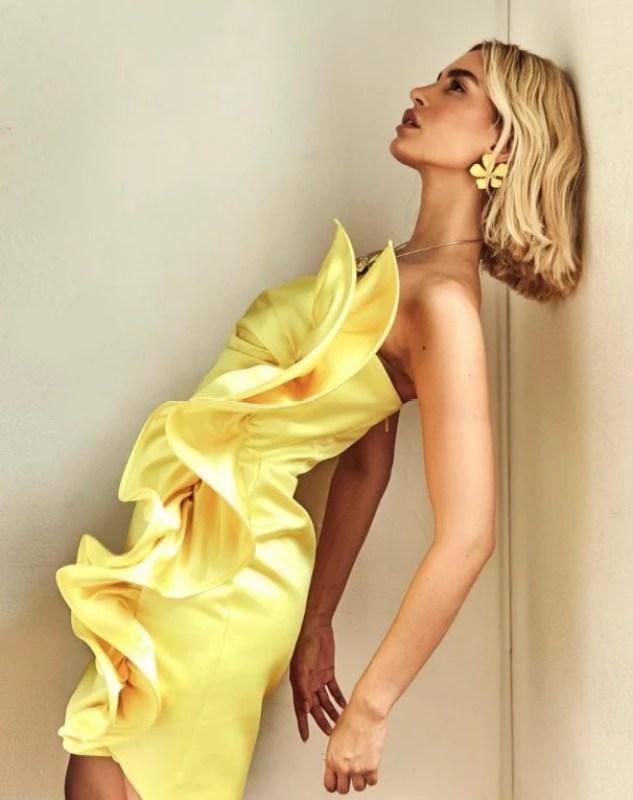 Modelo posando com um vestido amarelo da campanha Verão 2021.