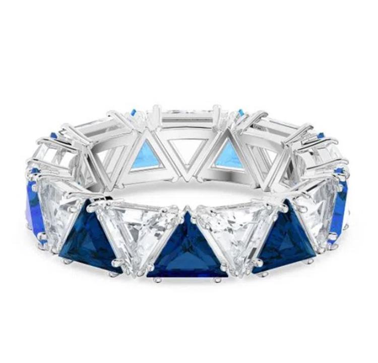 Anel com cristais azuis.