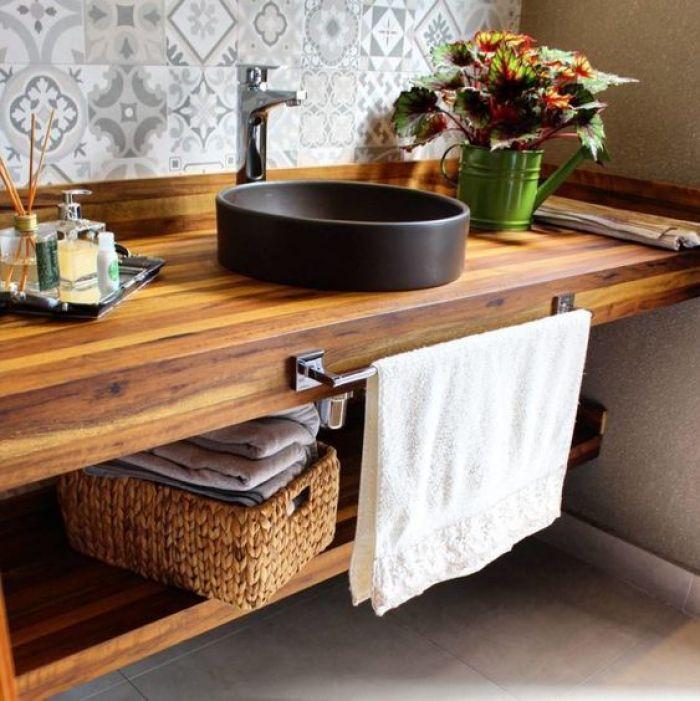 Balcão de banheiro de madeira.