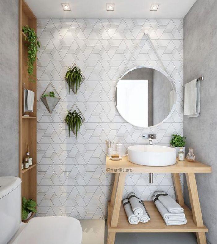 Banheiro com parede geométrica.