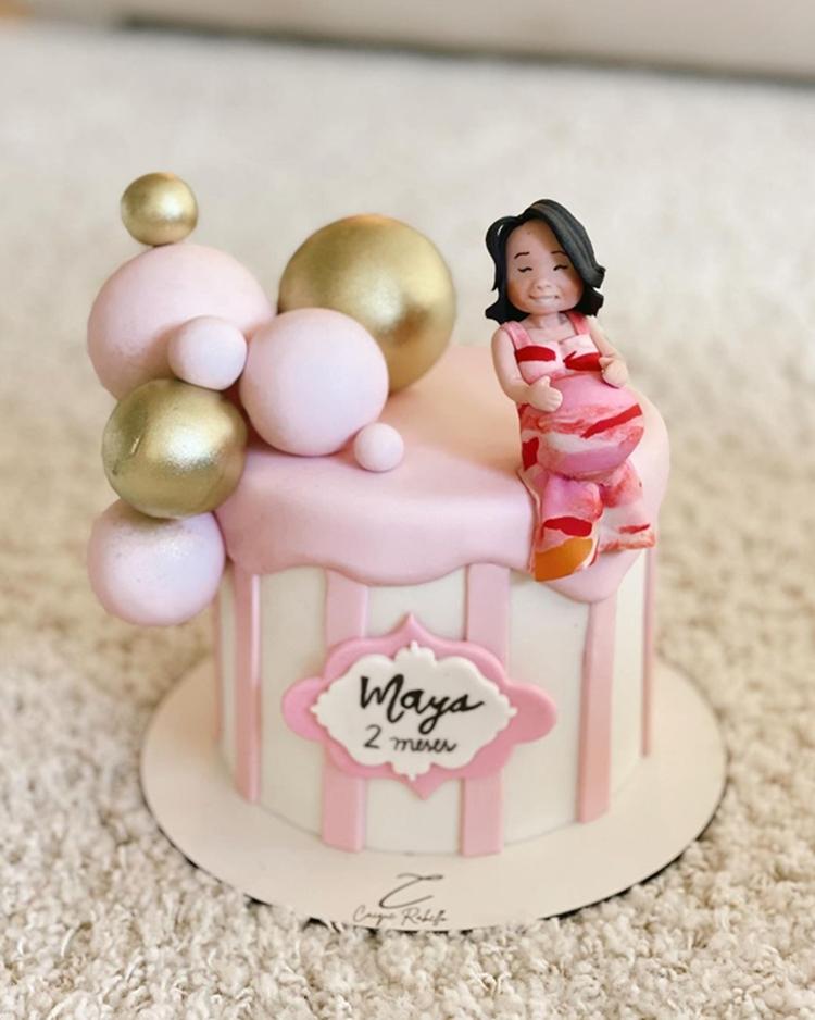 Foto de bolo decorado com tema de grávida de Taubaté.