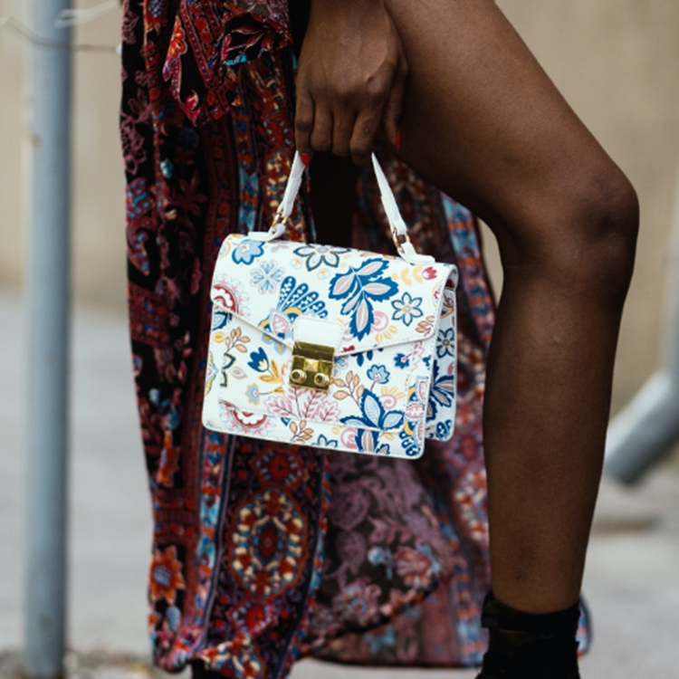 Foto de bolsa com estampa floral minimalista.