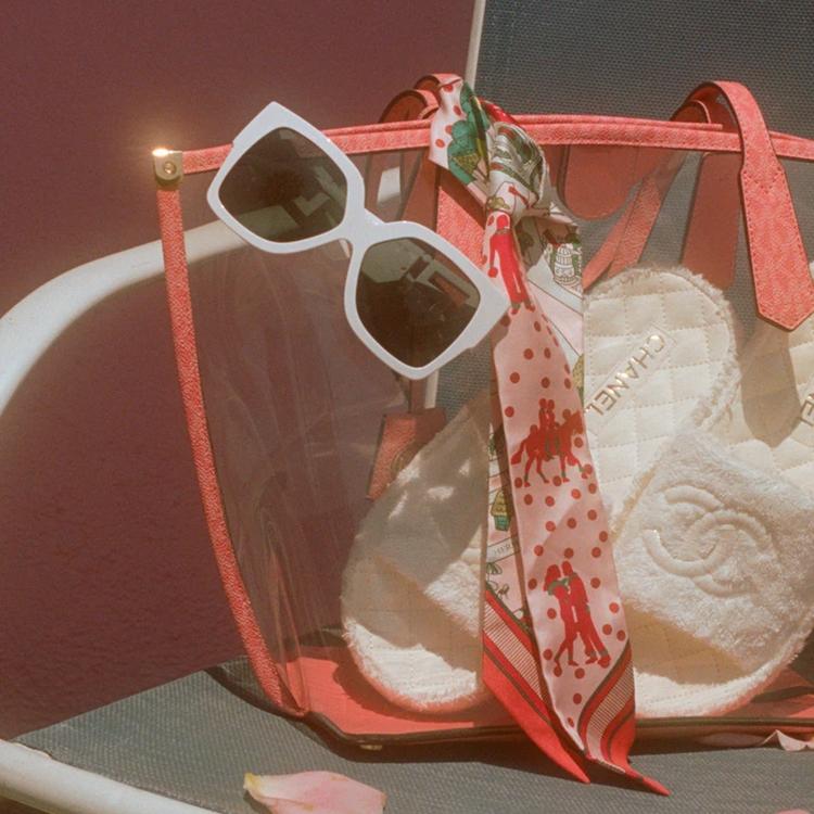 Foto de bolsa transparente com acessórios.