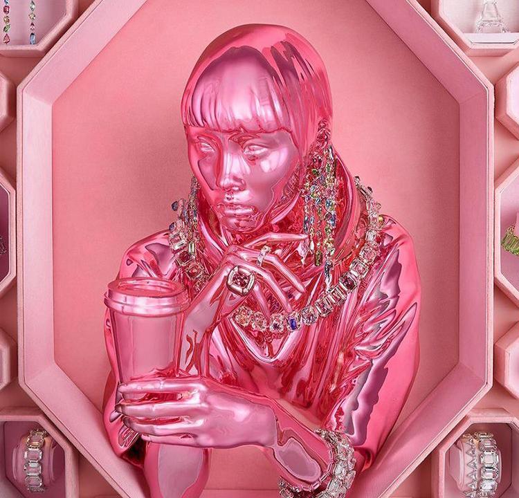 Busto do rosto rosa de uma modelo da campanha Wonderlab da Swarovski. Está decorado com várias joias.