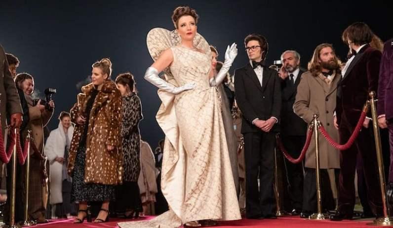 Vestido dourado, com luvas prateadas, usado pela baronesa Von Hellman é inspirado em Maria Antonieta, rainha da França