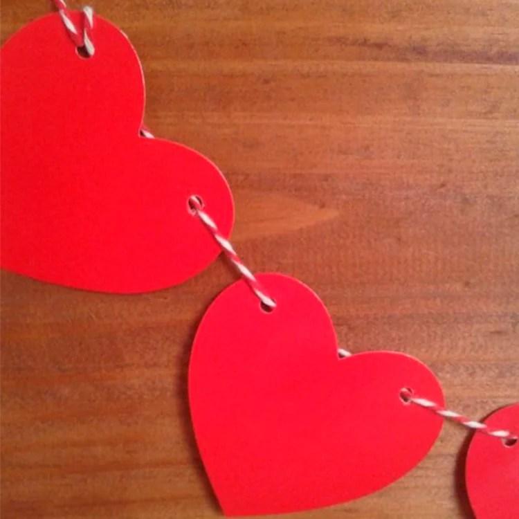 Corações vermelhor, ligados com uma corda colorida