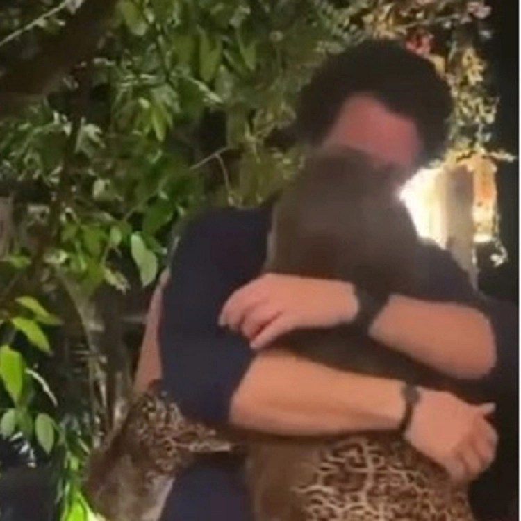 Duda e Bruno aos beijos e abraços.