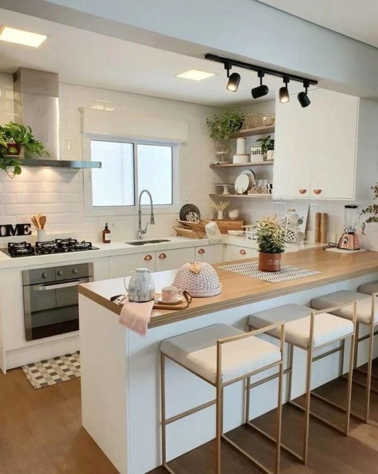Cozinha branca e amadeirada.