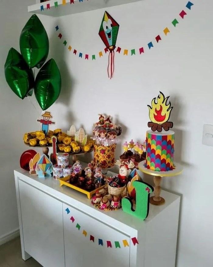 Armário pequeno decorado.