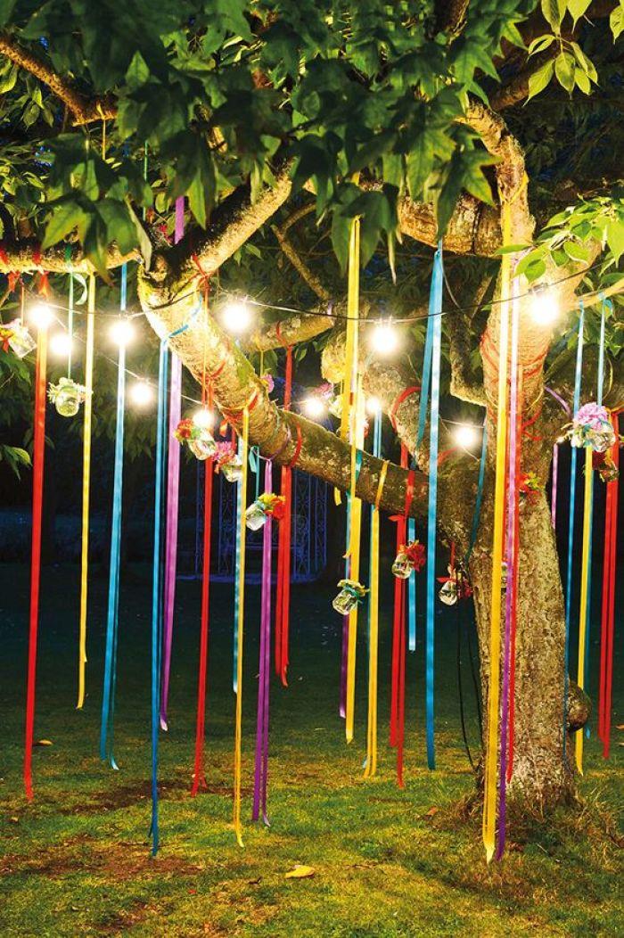 Decoração junina com fitas na árvore.