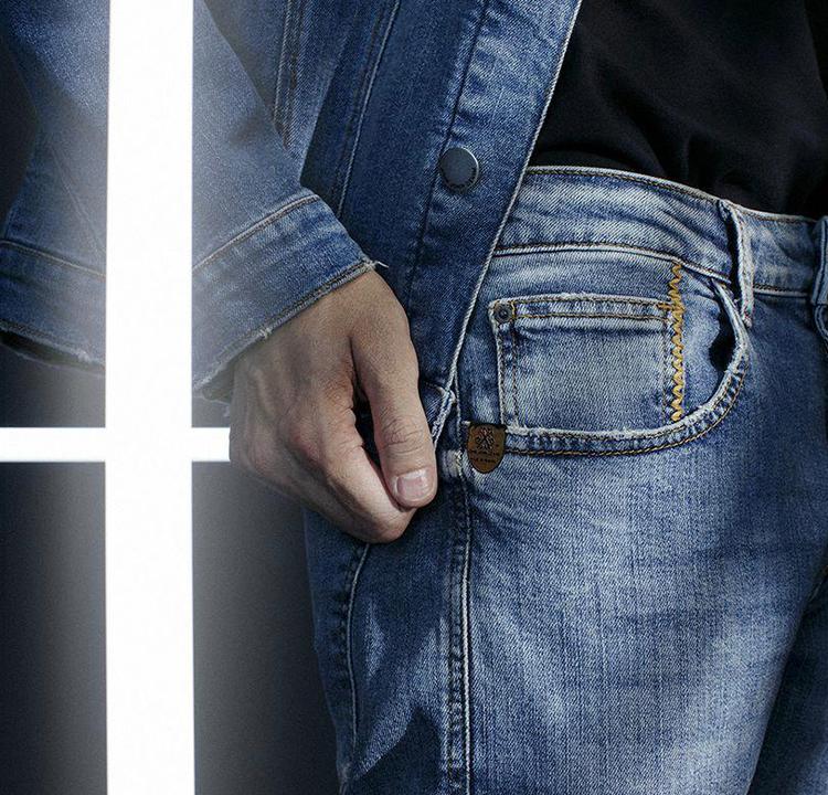 Foto de uma pessoa usando calça e jaqueta jeans.