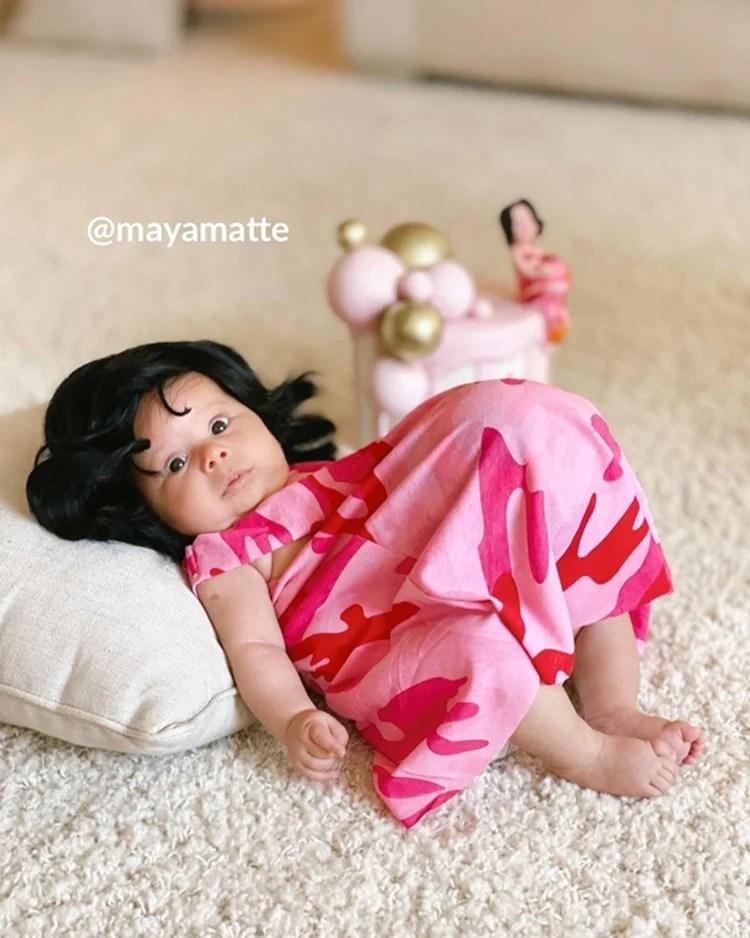 Foto da bebê fantasiada de grávida de Taubaté.