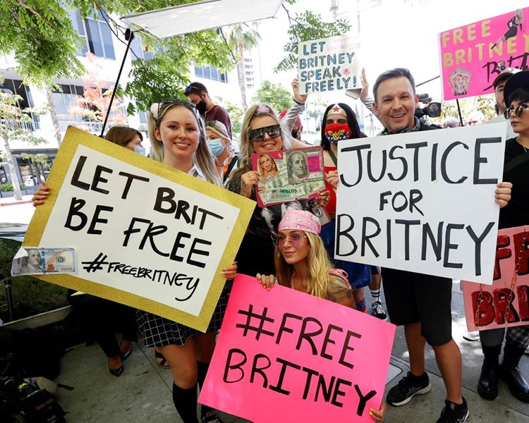 Foto de fãs da princesa do pop pedindo pela liberdade dela.