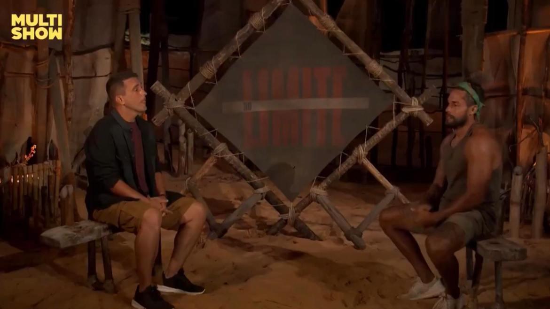 André Marques entrevista Arcrebiano após eliminação de No Limite (imagem: reprodução)