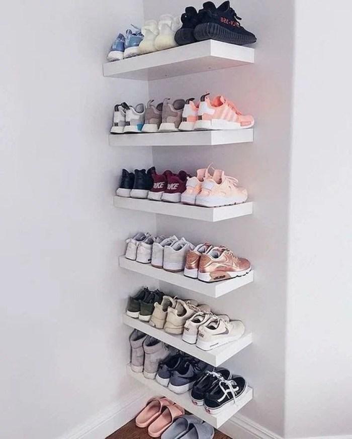 Prateleira para quarto com sapatos.