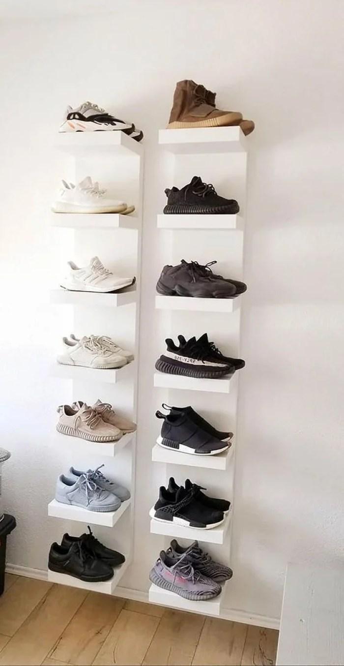 Prateleira para quarto com sapatos na decoração.