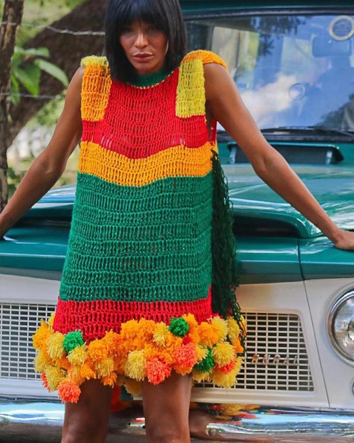A modelo Suyane Moreira com um vestido cortina colorido.