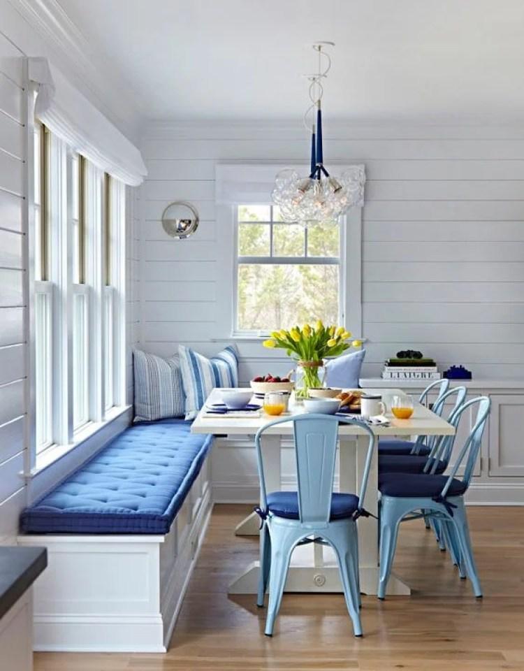 Sala de jantar com almofadas azuis.